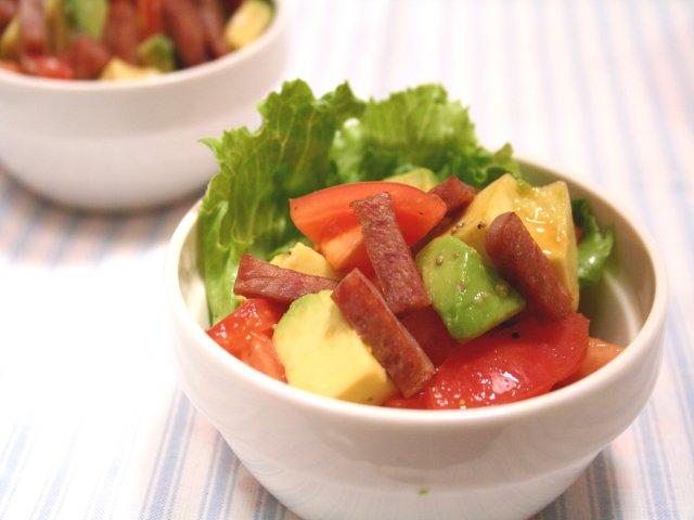 アボカドとトマトのカリカリベーコンサラダ
