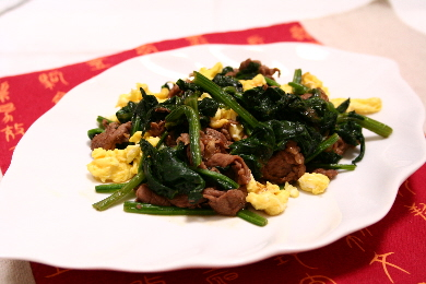 牛肉とほうれん草のオイ&ケチャ炒め