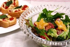 ブロッコリーとトマトの香味マスタードサラダ&バゲットピザ