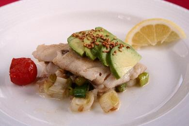 白身魚のクリームソース ねぎとアボカド、セサミと一緒に